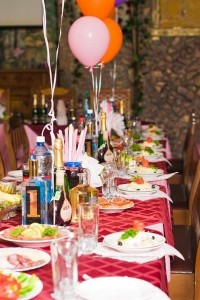 столы в свадебном зале